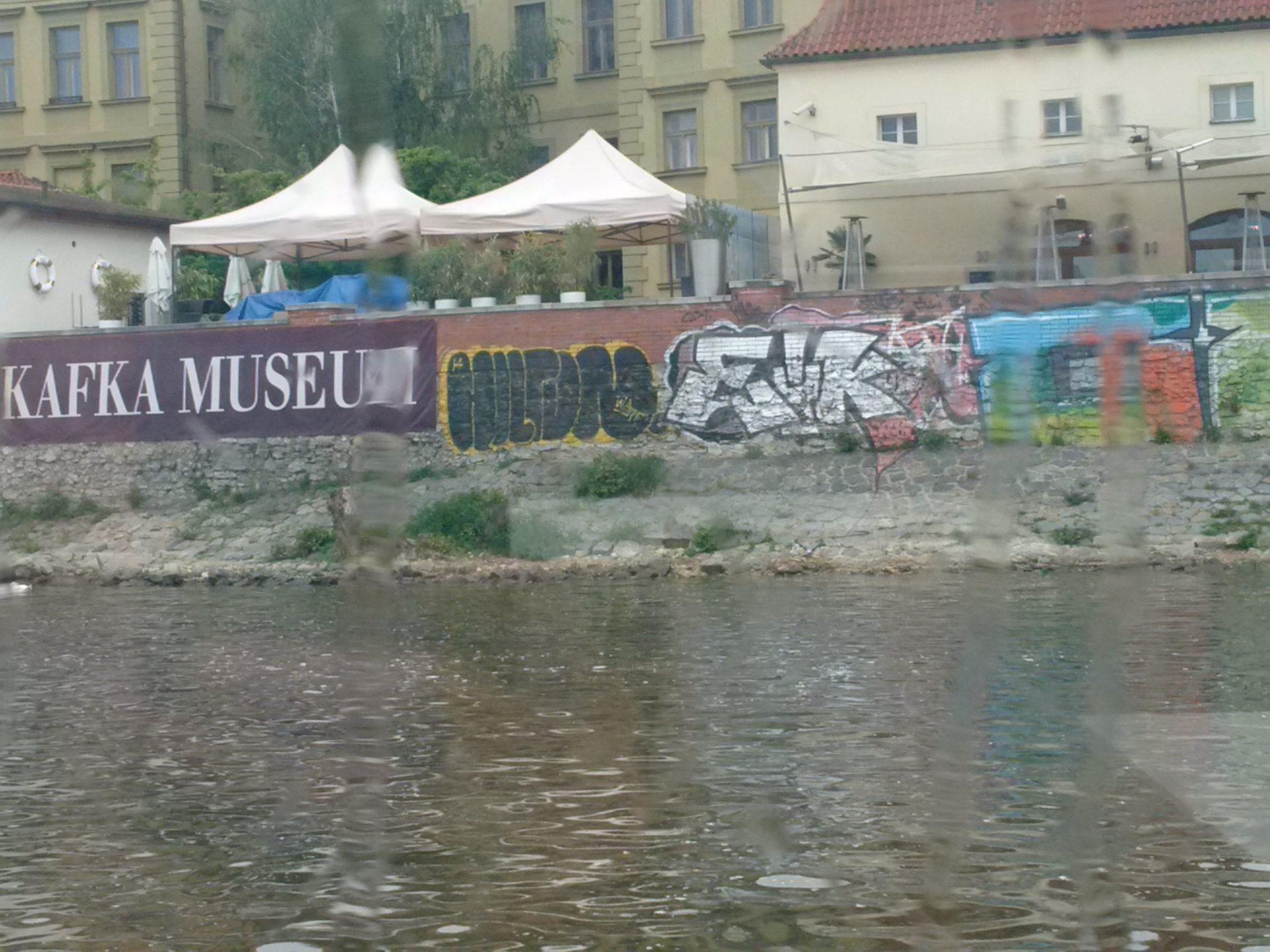 Les tags envahissent les murs de Prague