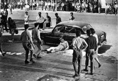 La Bataille d'Alger. Un policier abattu par un tueur du FLN.