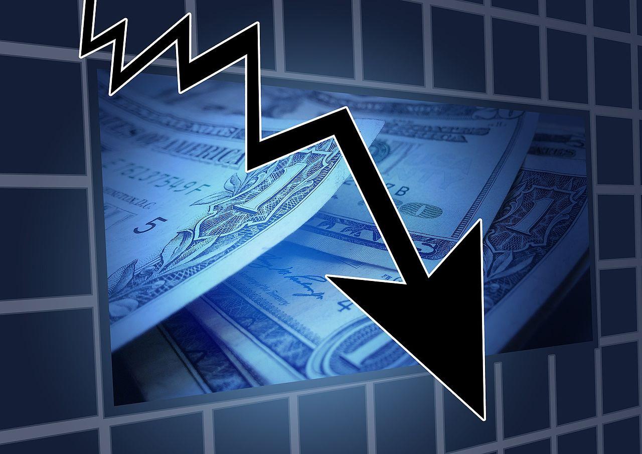 Un chômeur consomme moins. Les prix baissent.