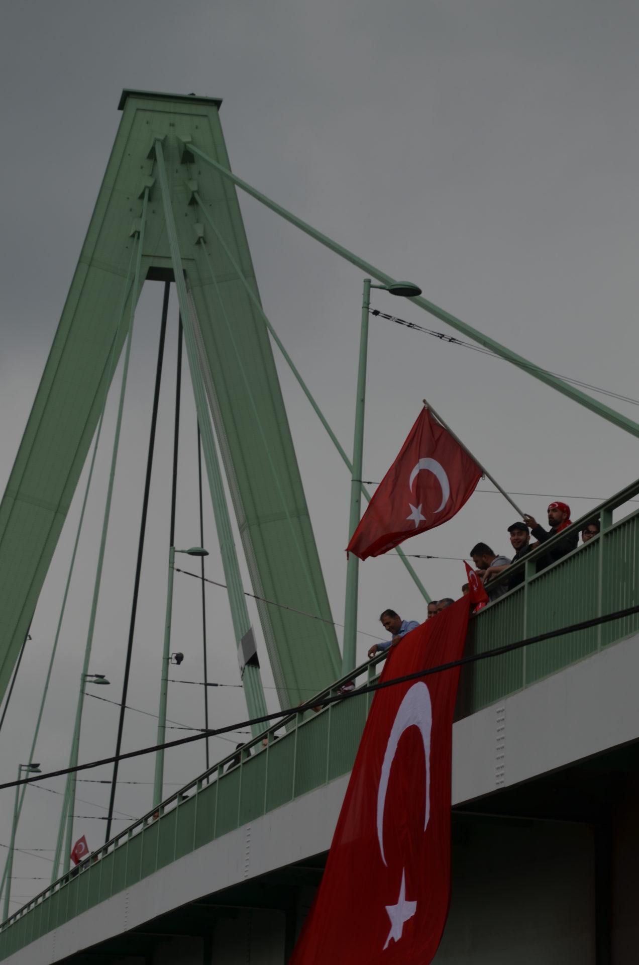 Manifestation qui a réuni à Cologne 40000 Turcs le 31 juillet 2016.