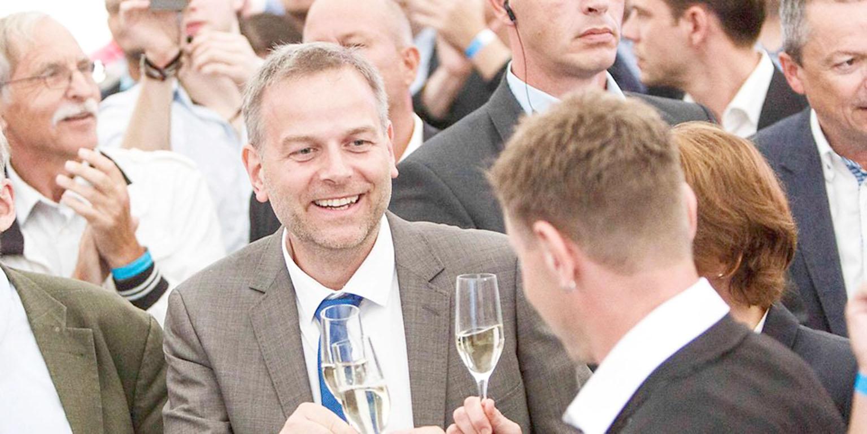 Leif-Erik Holm, tête de liste de l'AfD auMecklembourg-Poméranie occidentale, fête la victoire.