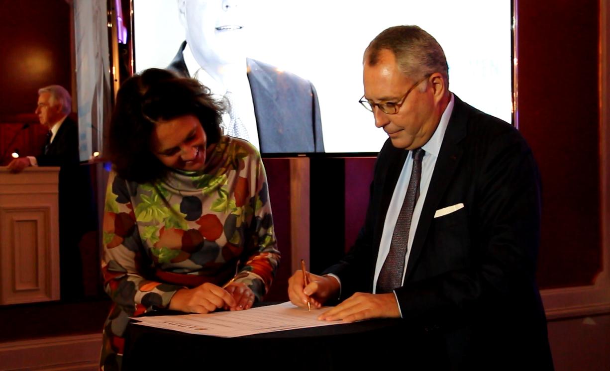 Mischaël Modrikamen, président du Parti Populaire belge, signe l'appel de Stockholm.