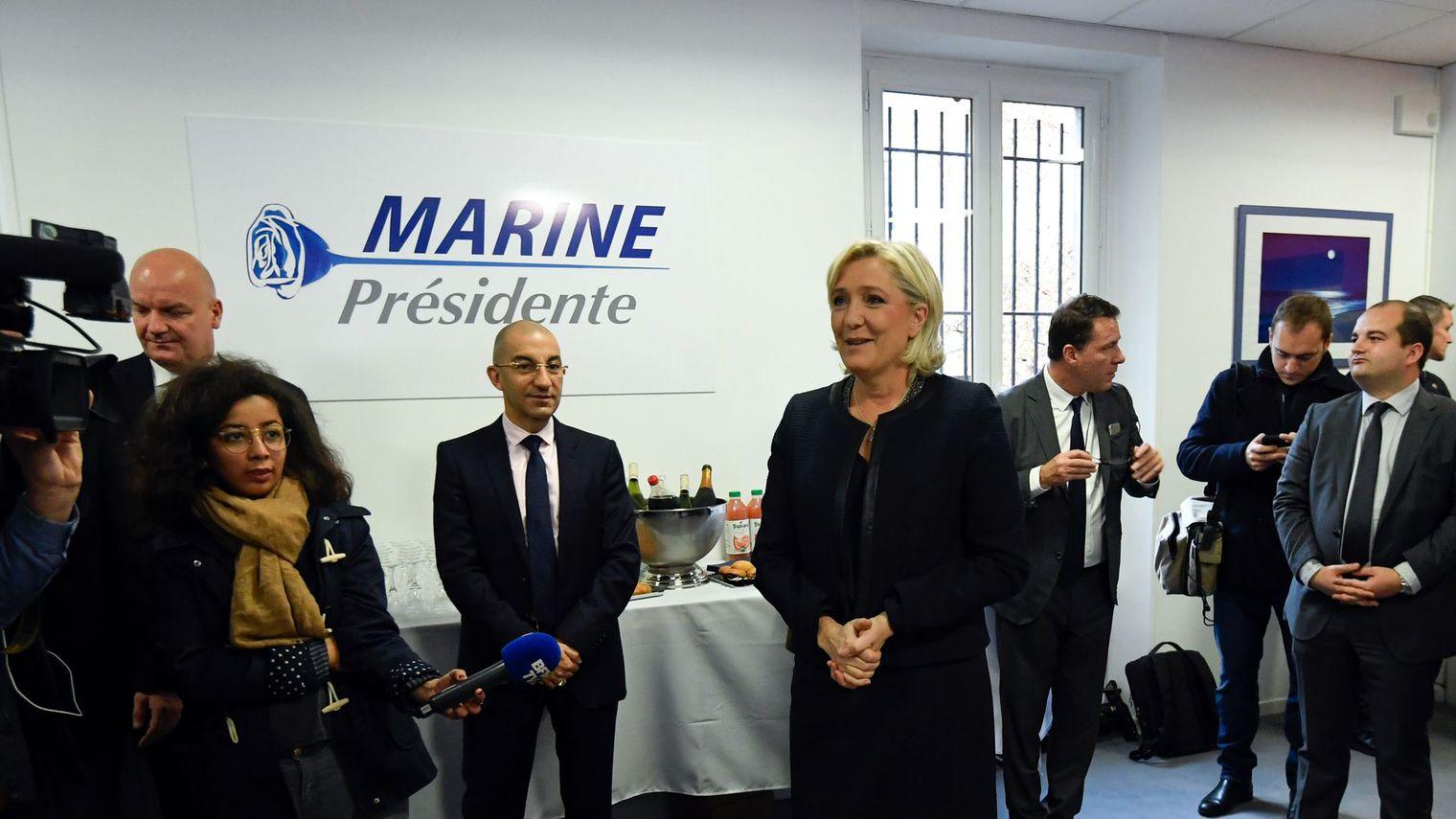 Marine Le Pen présente le logo de sa campagne présidentielle : la Rose bleue