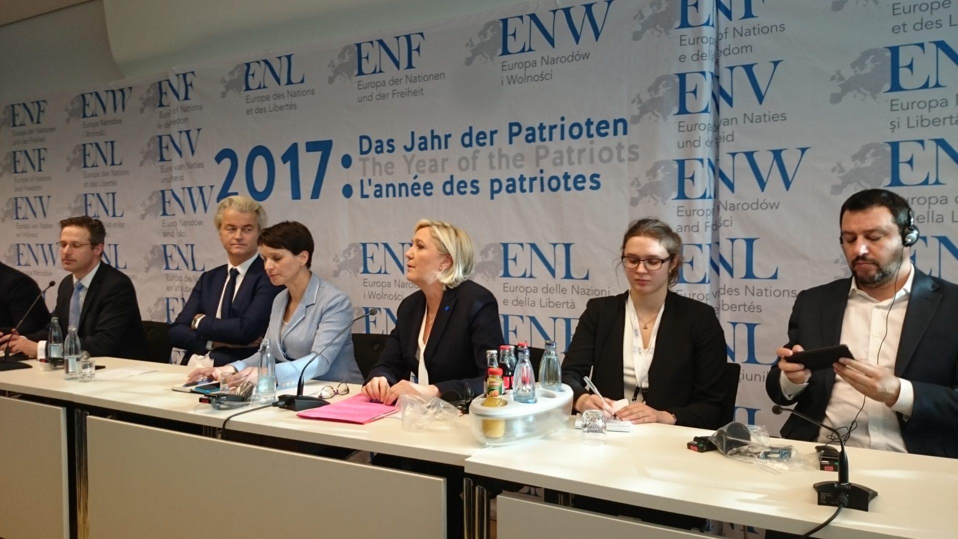 Regard admiratif de Geert Wilders en direction de Marine Le Pen.