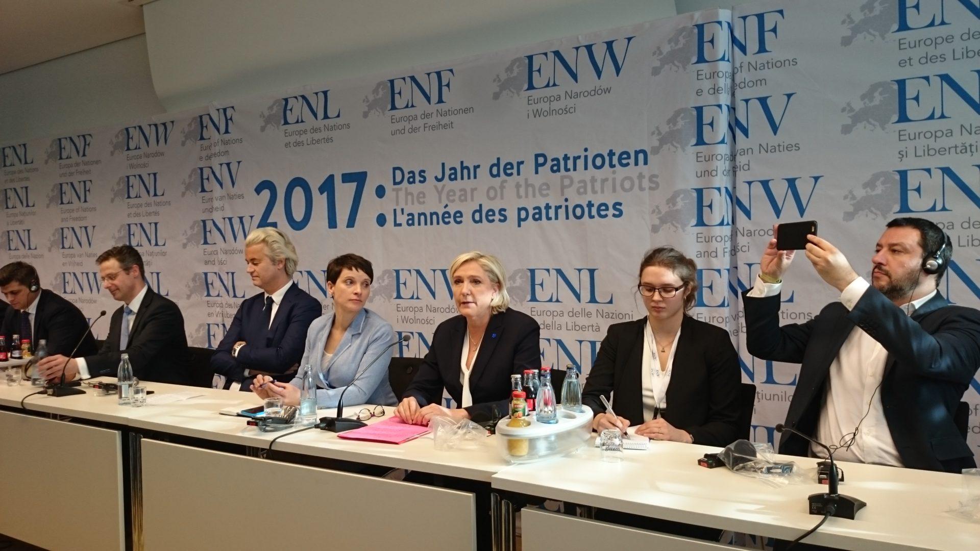 Regard de Frauke Petry en direction de Marine Le Pen.