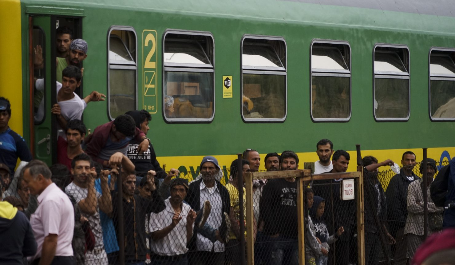 migrants train