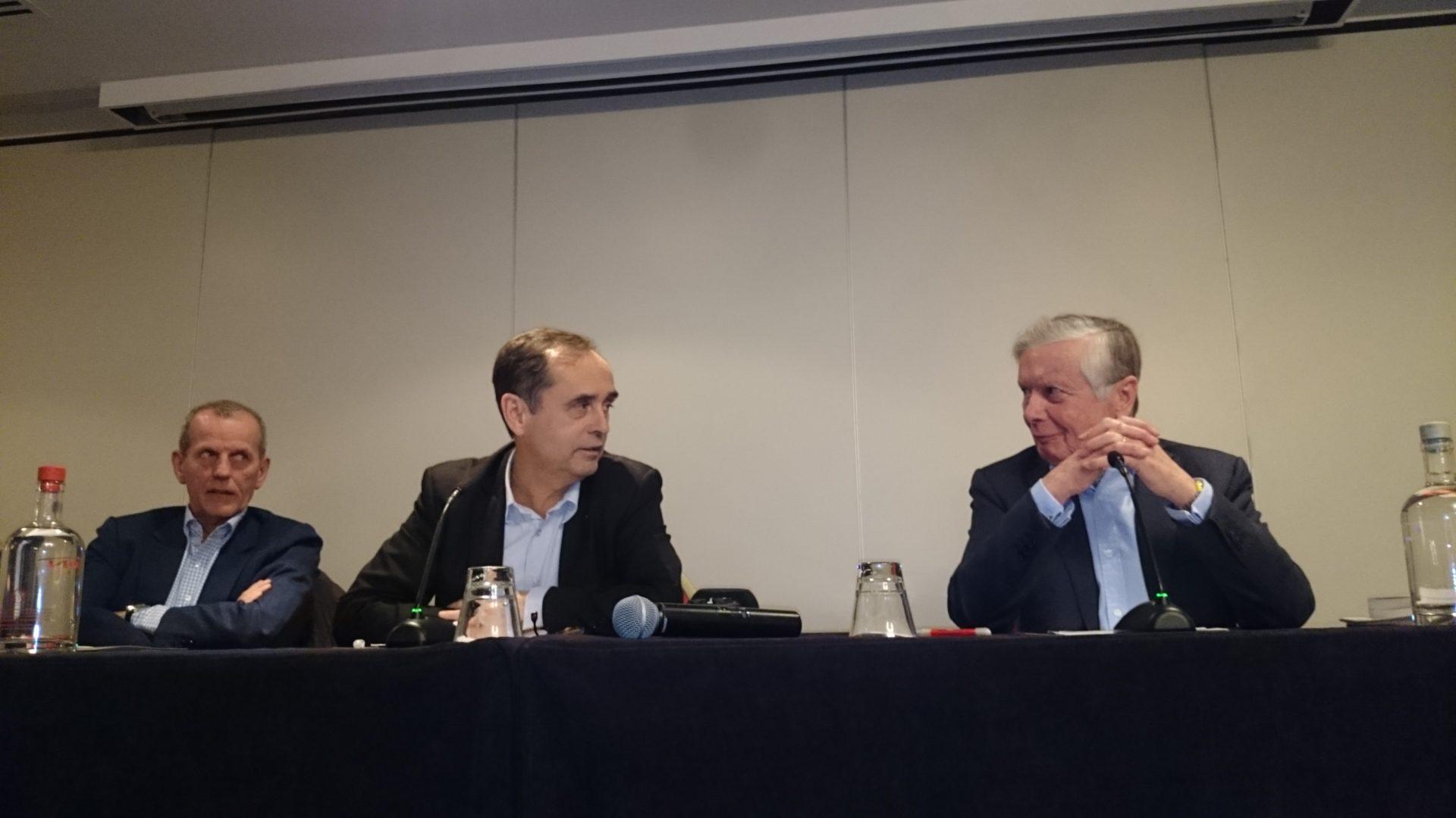 Robert Menard (au centre) s'exprime à Bruxelles.