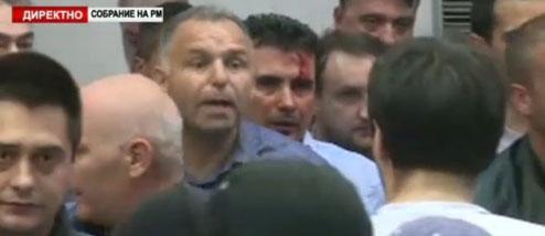 Des manifestants prennent d'assaut le Parlement macédonien.