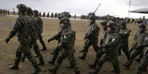 Soldats roumains participant à l'accueil des troupes de l'OTAN.