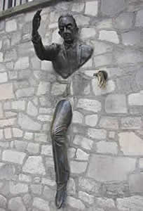 """Monument du """"Passe-Muraille"""" de Marcel Aymé par Jean Marais"""