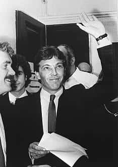 Jörg Haider salue à l'issue des élections législatives de 1986 ses partisans.