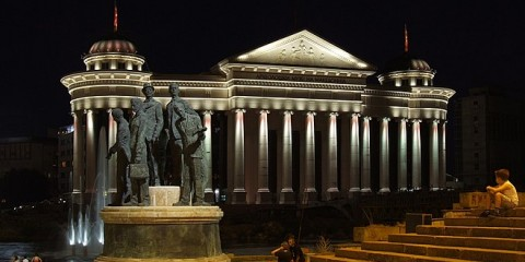 Vue nocturne du musée archéologique de Macédoine à Skopje.