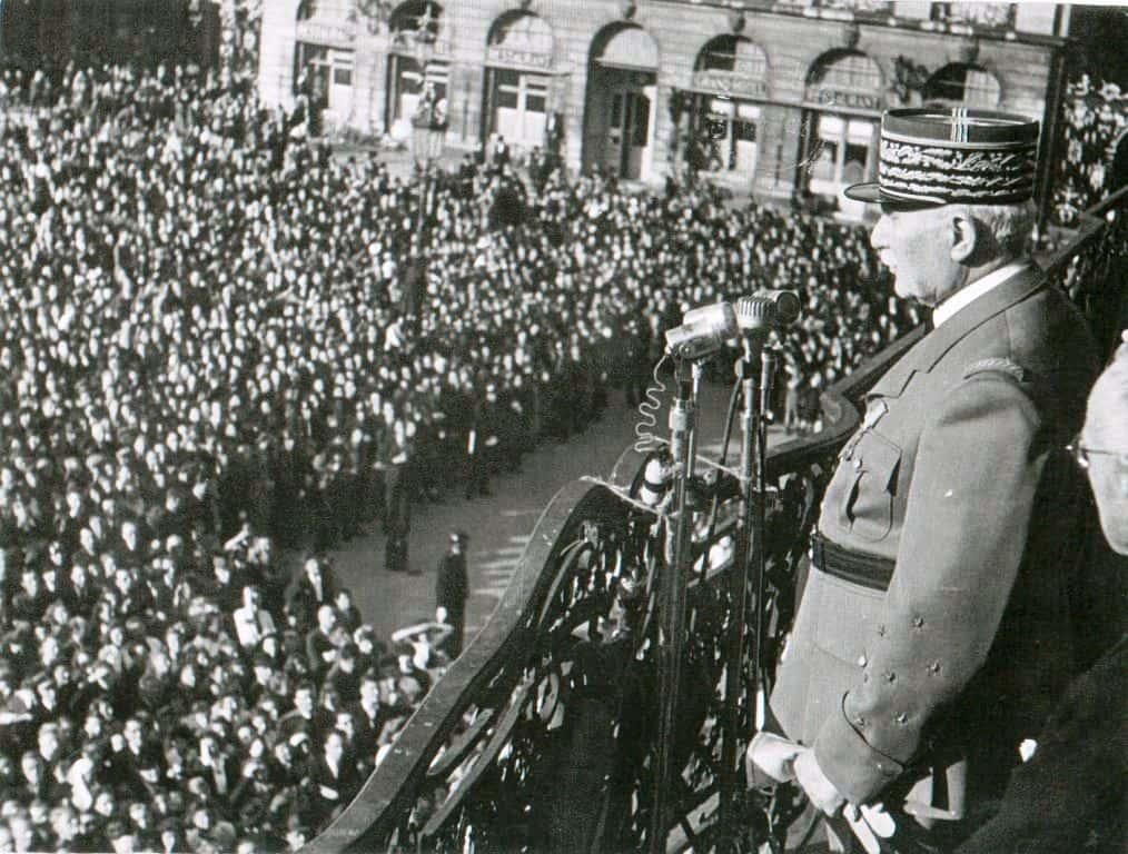 1944, 26 mai, visite de Pétain. La place Stanislas est toujours occupée par un vaste public. Pétain parle en tribune, du balcon. (http://www.jourdan.ens.fr/).