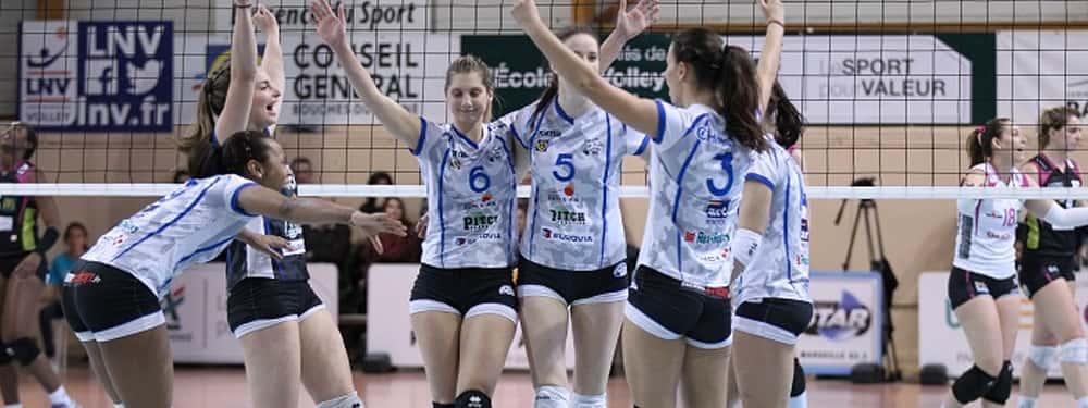Photo des joueuses du PAVVB heureuses.