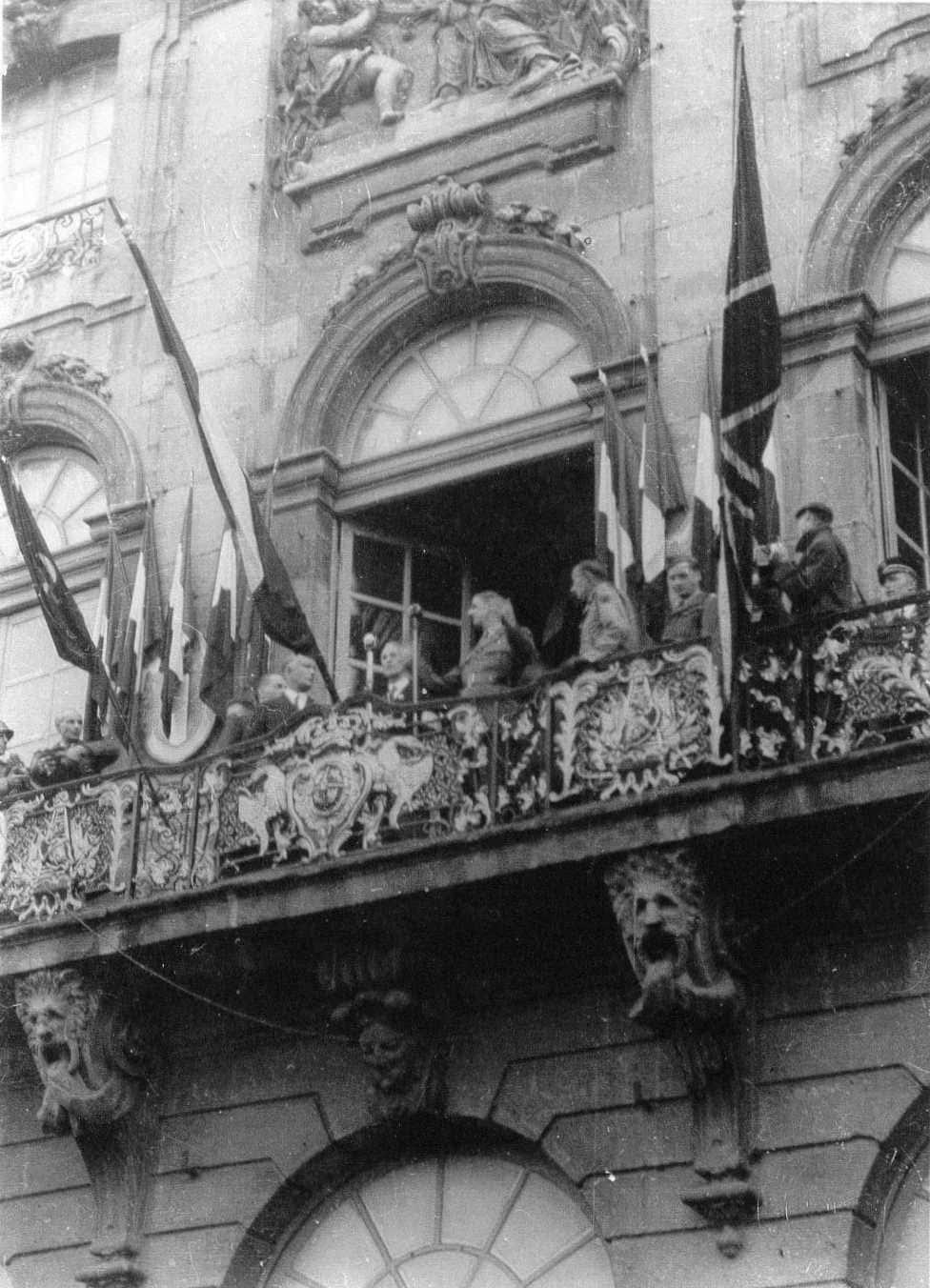 1944, 25 septembre, visite du général de Gaulle. Idem : il parle en tribune, du balcon. (http://www.jourdan.ens.fr/)
