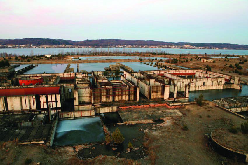 1. Un réacteur nucléaire. La centrale nucléaire de Zarnowiec était censée être la première centrale nucléaire de Pologne, mais le projet a été annulé en 1990. La coque de l'usine, conçue pour accueillir quatre unités de 440 MW, reste dans la campagne polonaise. Image : Wikimedia Commons.