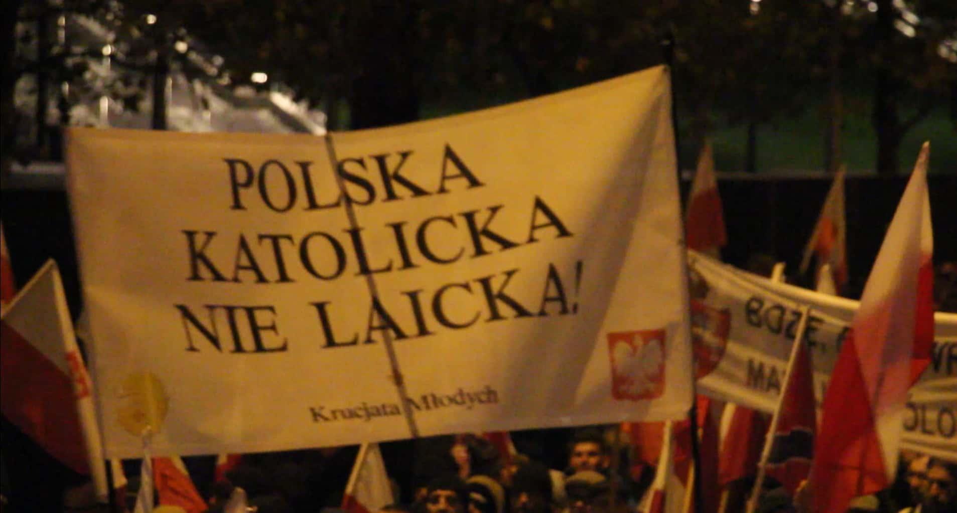 """""""Une Pologne catholique, pas laïque"""", pouvait-on lire sur cette pancarte pendant la marche."""