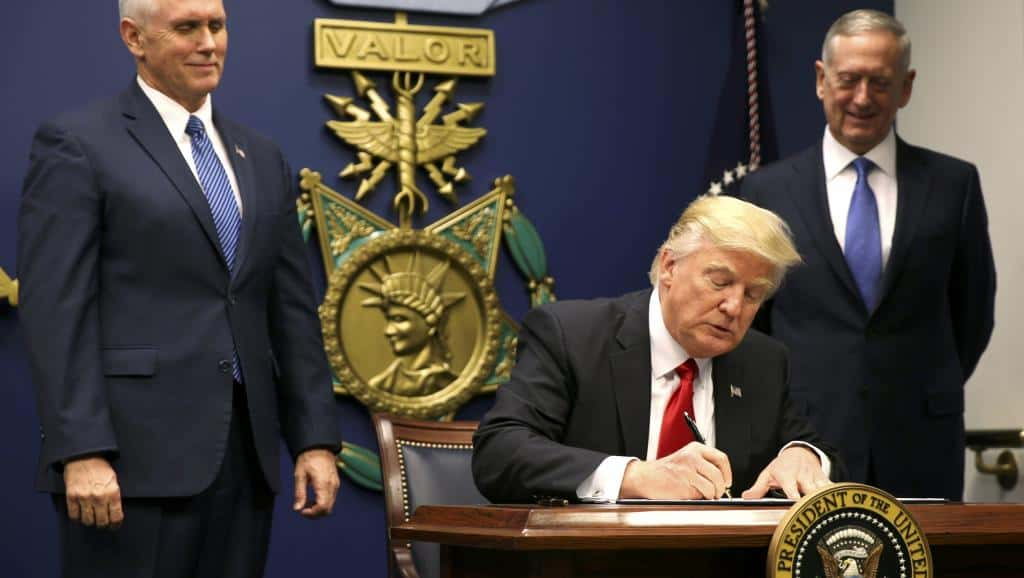Donald Trump en train de signer le Décret anti immigration.