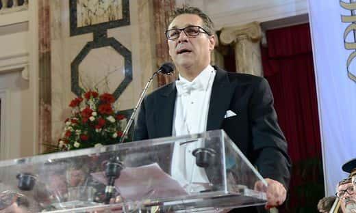 Heinz-Christian Strache tient un discours lors du bal.