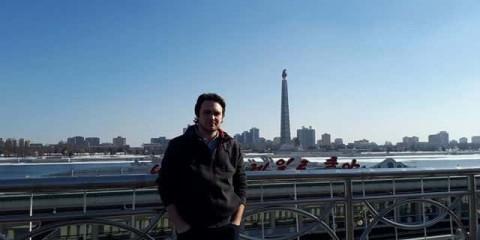 Mathieu Vergez à Pyongyang, devant la tour du Juche (Crédit photo : M.V / Infos Toulouse).