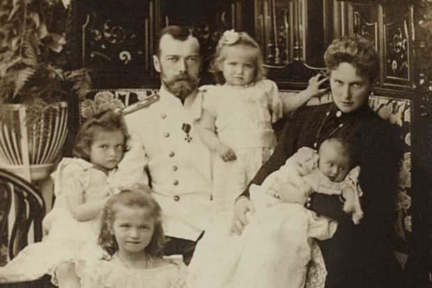 Un portrait du dernier tsar Nicolas II caché pendant 90 ans sous celui de Lénine.