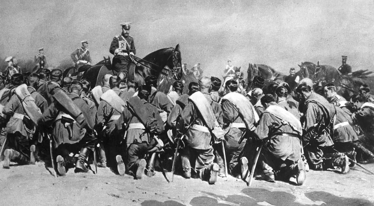 L'empereur Nicolas II présentant une icône à la dévotion de ses soldats.