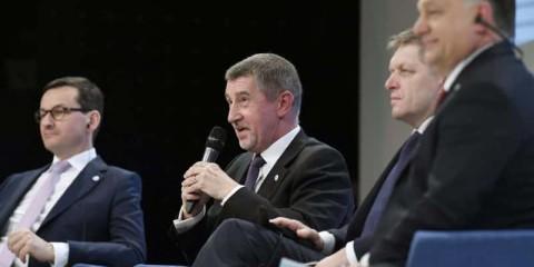 Mateusz Morawiecki, tchèque, Andrej Babis, slovaque, Robert Fico, et hongrois Viktor Orban lors d'une rencontre des pays du groupe de Visegrad.