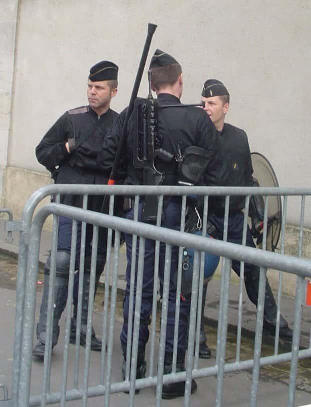 Des gendarmes mobiles armés de  Famas.