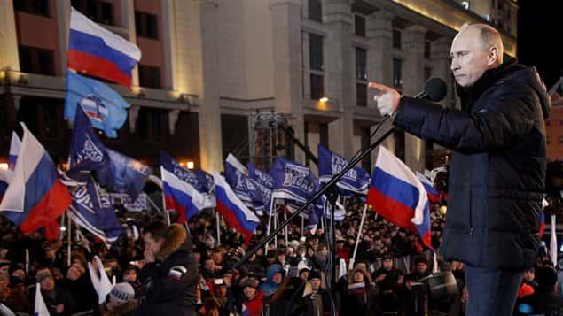 Vladimir Poutine s'adresse à ses partisans à l'extérieur du Kremlin.