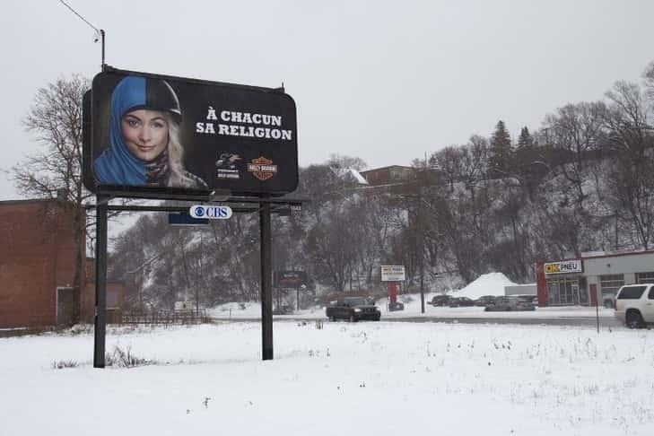 Deux associations de défense des droits et des musulmans ont engagé une procédure judiciaire pour suspendre une loi provinciale interdisant d'avoir le visage couvert dans les administrations publiques au Québec. / Anne Levasseur/AFP.
