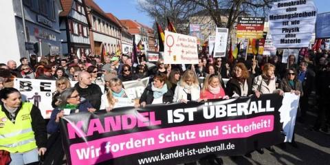 A Kandel, le 24 mars. Sur la banderole : « Kandel est partout, nous demandons protection et sécurité » Federico Gambarini / Uli Deck/dpa.
