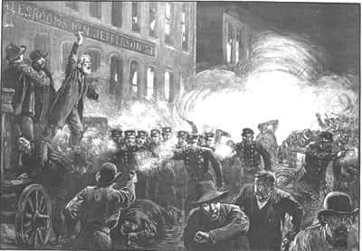 Chicago, le 1er mai 1886. Une grève généralisée, suivie par 400.000 salariés paralyse un nombre important d'usines.