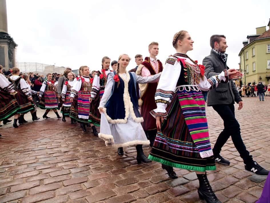 Photo : towarzystwopatryiotyczne.org ; Des jeunes polonais vêtus de vêtements traditionnels dansent la célèbre « Polonaise ».