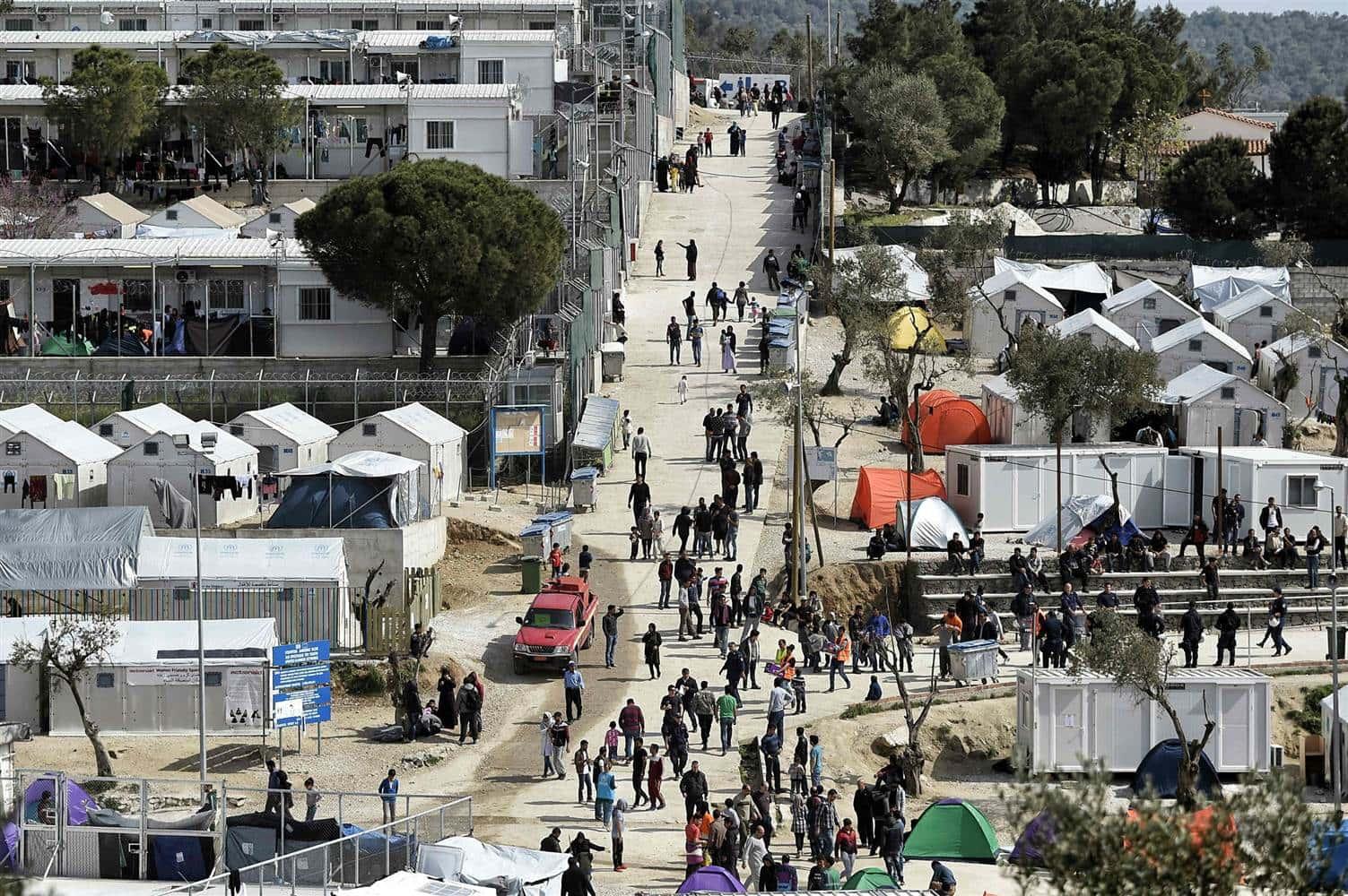 Un communiqué du HCR publié vendredi assure que la situation est particulièrement préoccupante dans les camps de réfugiés surpeuplés de Moria (Lesbos) et de Vathy (Samos) où toilettes et sanitaires sont des « zones interdites » pour les femmes et les enfants non accompagnés après la tombée de la nuit (http://www.fdesouche.com/).