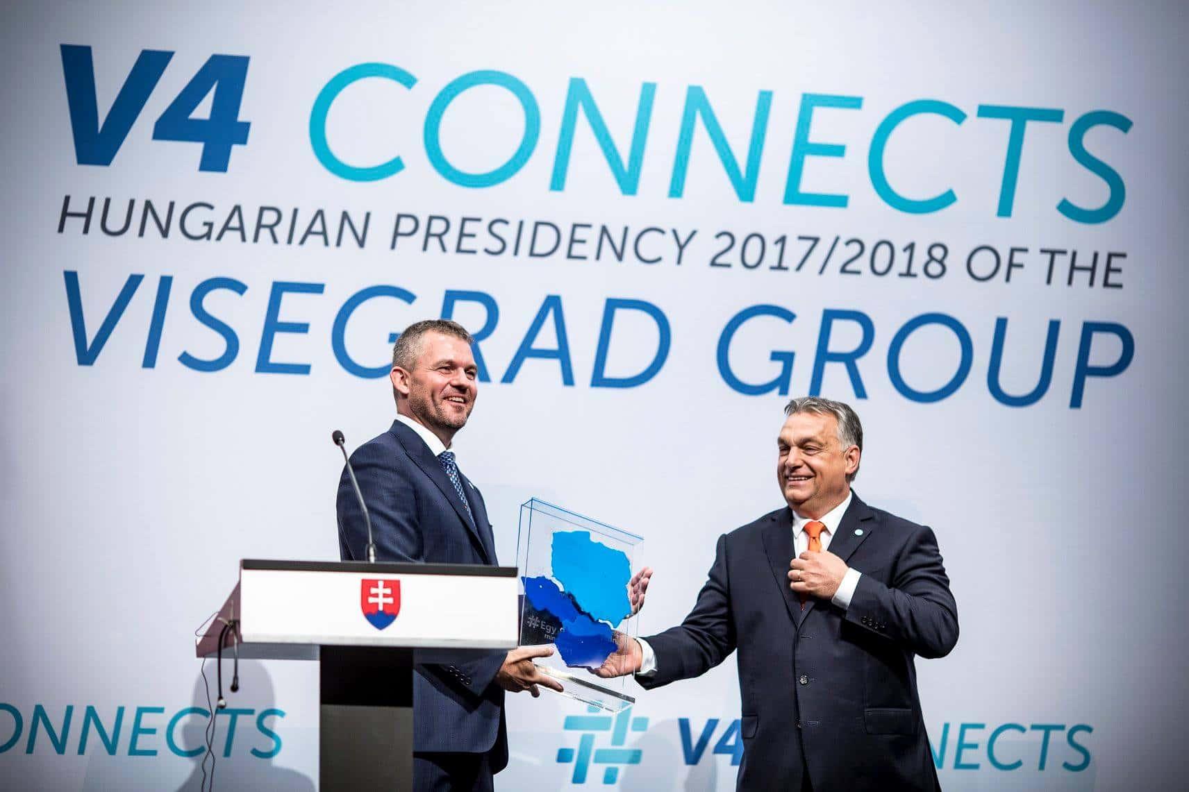 Peter Pellegrini (g) reçoit la présidence du groupe de Visegrád pour le cycle 2018/2019 des mains de Viktor Orbán. Source : page Facebook de Viktor Orbán.