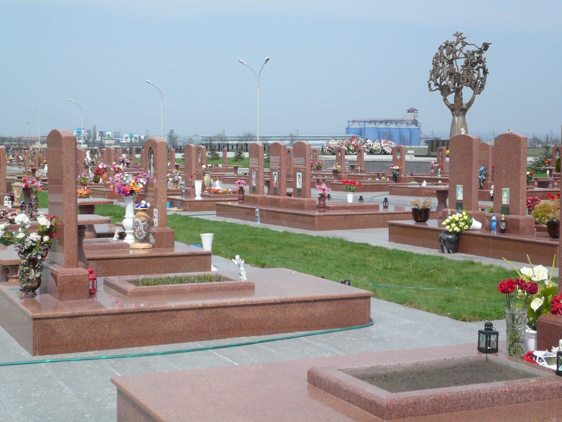 """""""Cité des Anges""""  des enfants de Beslan et ses 345 tombes de granite rose."""