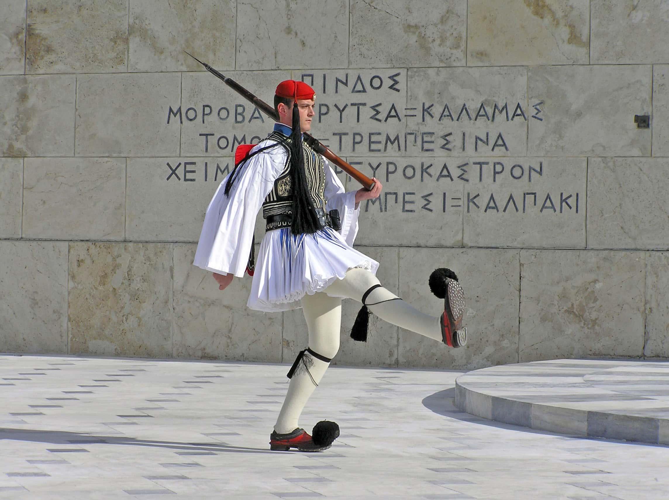 Evzone gardant la tombe du soldat inconnu à Athènes, vêtu de l'uniforme complet.