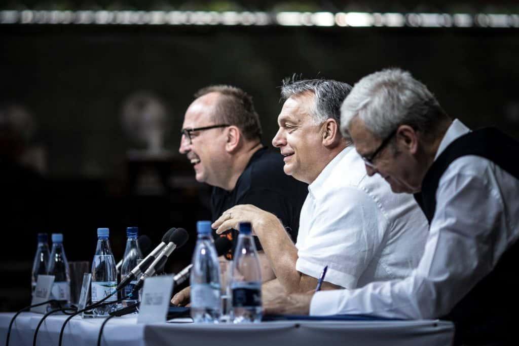 Au centre, Viktor Orbán durant son discours à Tusványos le samedi 28 juillet 2018. Photo : page Facebook de Viktor Orbán.