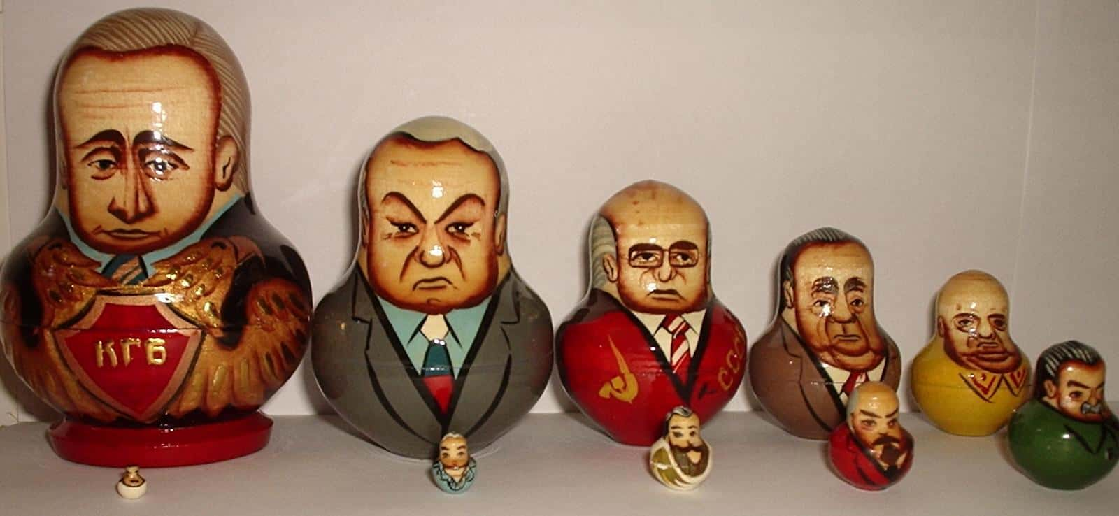 Dix hommes politiques russes représentés sousforme de poupées matryoshka.
