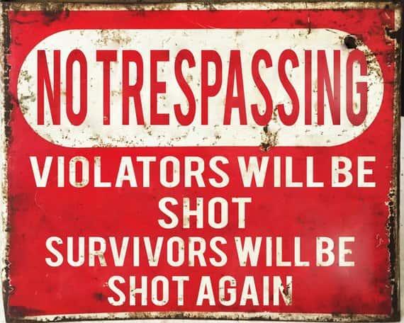 «Entrée interdite. Tir à vue. Les survivants seront achevés». Cette phrase, elle est utilisée à l'extérieur des enceintes militaires américaines, et c'est devenu une blague récurrente sur internet; d'ailleurs des Américains la mettent devant leurs maisons.