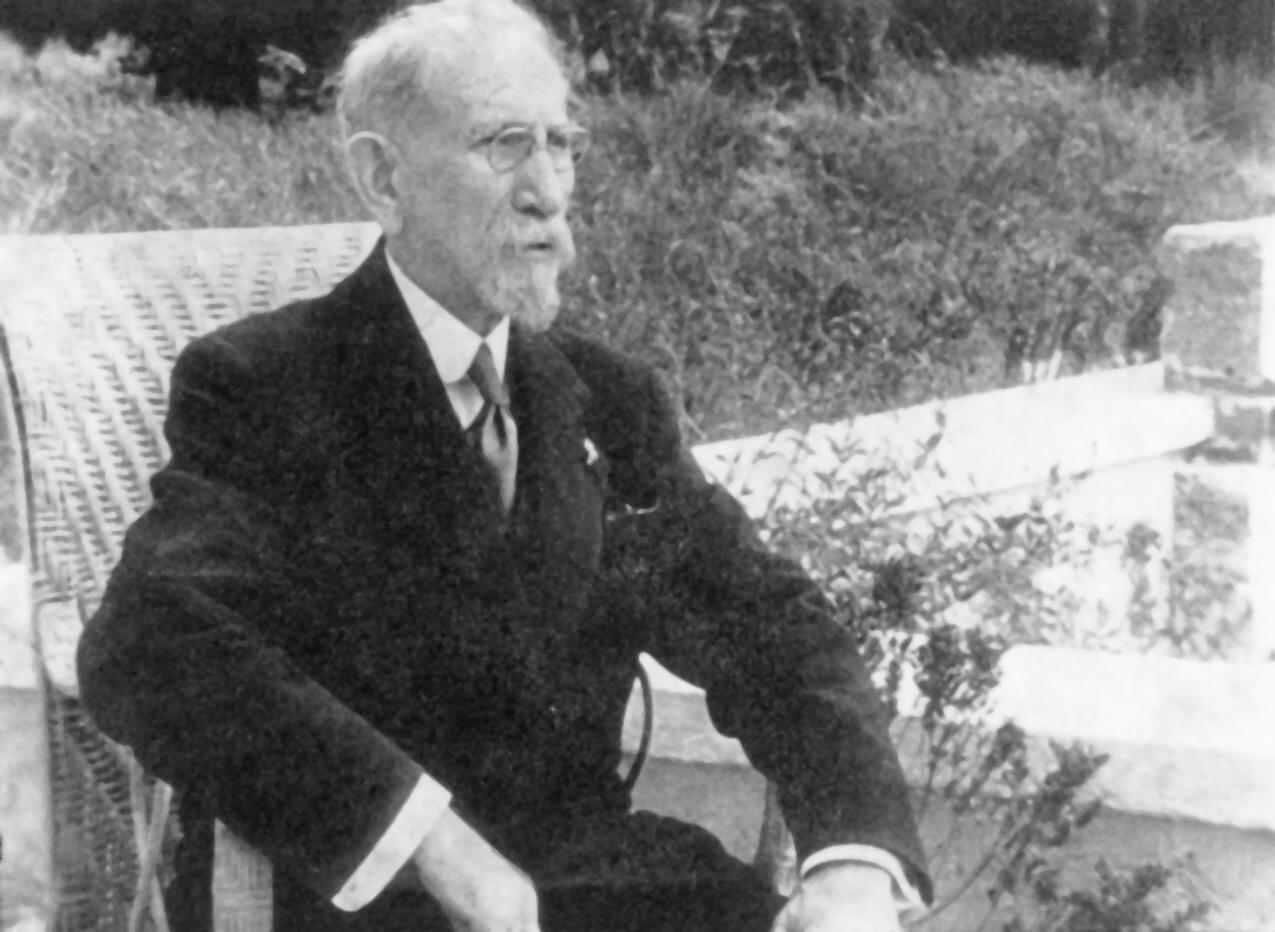 Charles Maurras sur la terrasse de son jardin.