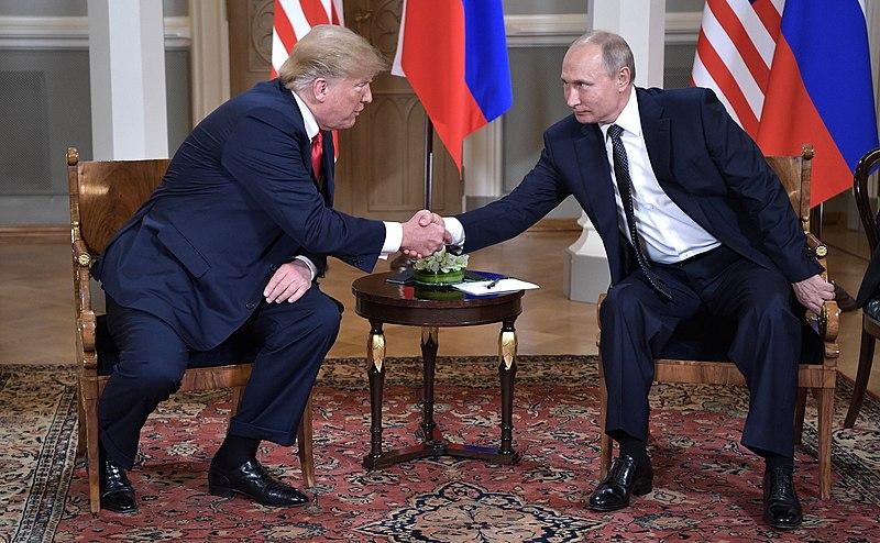 Poignée de main entre le président russe Vladimir Poutine et son homologue américain Donald Trump lors du sommet entre la Russie et les États-Unis à Helsinki en 2018.