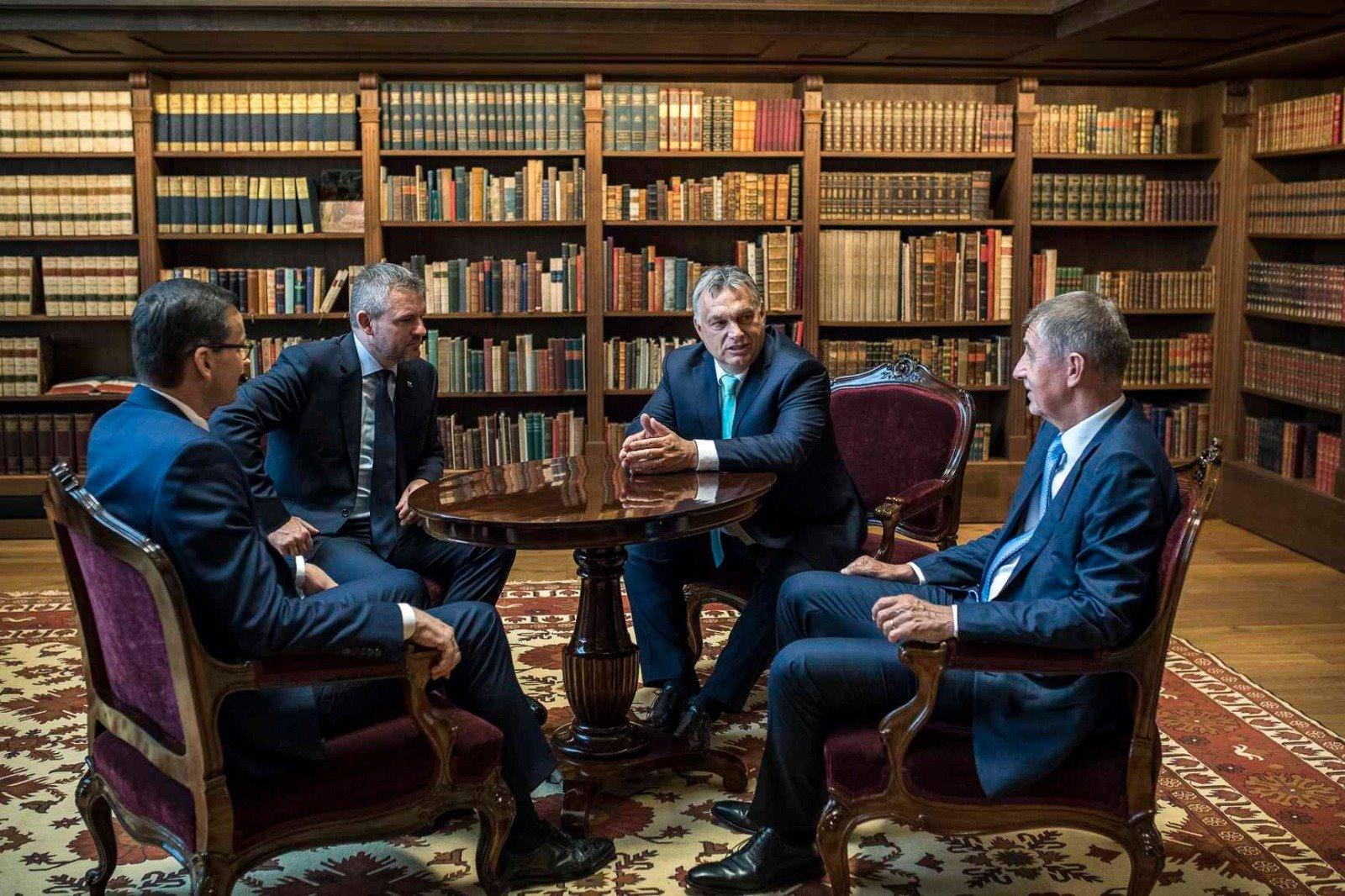 Les Premiers ministres du V4 en réunion de travail à Budapest le 13 juin 2019. De gauche à droite : Mateusz Morawiecki (PL), Peter Pellegrini (SK), Viktor Orbán (HU), Andrej Babiš (CZ). Photo : Page facebook officielle d'Andrej Babiš.