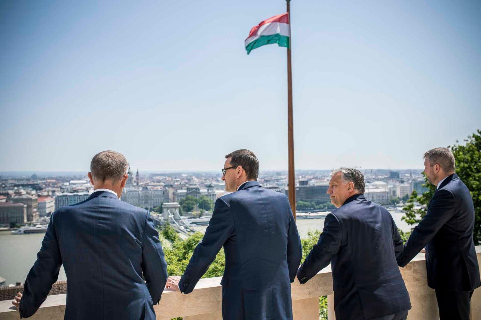 """Les Premiers ministres du V4 observant Budapest depuis le balcon de la Karmelita, le """"Matignon"""" hongrois, le 13 juin 2019. De gauche à droite : Andrej Babiš (CZ), Mateusz Morawiecki (PL), Viktor Orbán (HU) et Peter Pellegrini (SK). Photo : Page facebook officielle d'Andrej Babiš."""