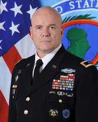 le général Roger Cloutier, le commandant des forces de l'armée de terre américaine en Afrique (USARAF).