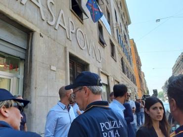 Policiers devant la Casapound.