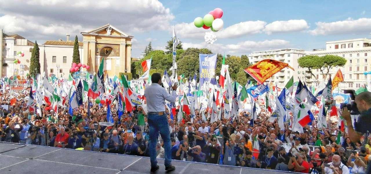À Rome, sur la place San Giovanni, devant plusieurs milliers de personnes, le leader de la Ligue, Matteo Salvini.