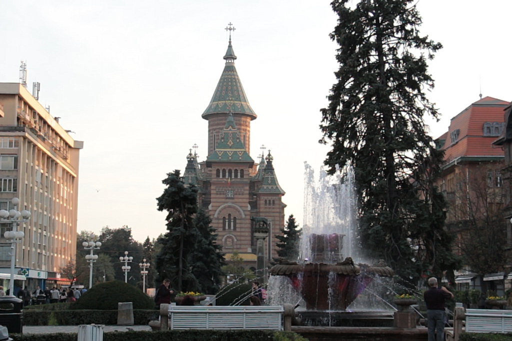 Le centre-ville (place de la Victoire) de Timișoara et son église orthodoxe (Photo : Visegrád Post).
