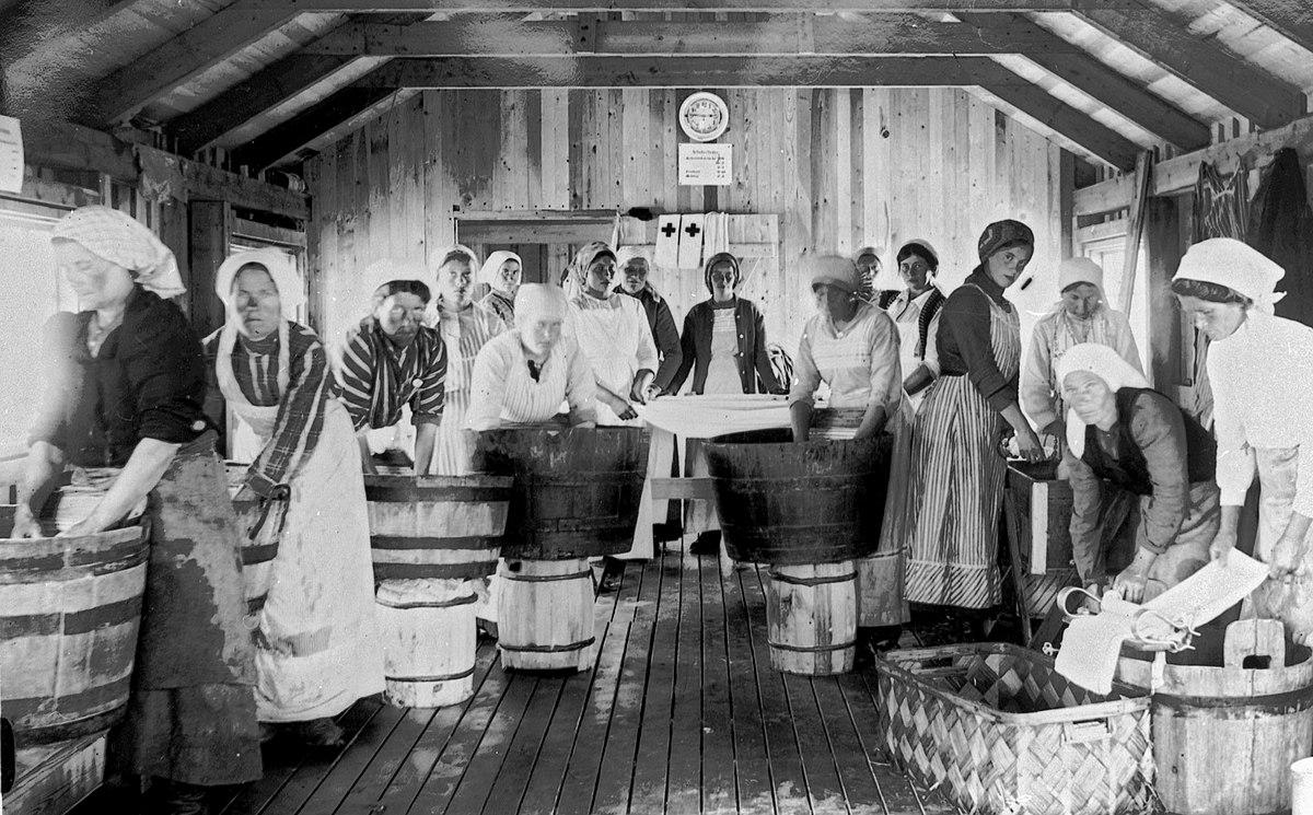 """Des lavandières pendant l'épidémie de typhus Haparanda 1918 (photo de la suédoise Maria Amalia """"Mia"""" Green [1870-1949])."""