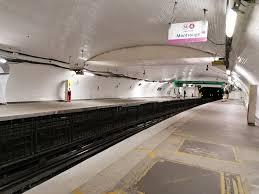 Vue de la station de métro Denfert-Rochereau déserte lors du confinement COVID-19, mars 2020.